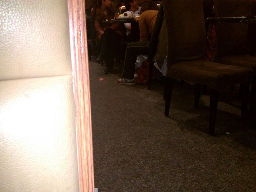 Un enfant fait caca dans le restaurant
