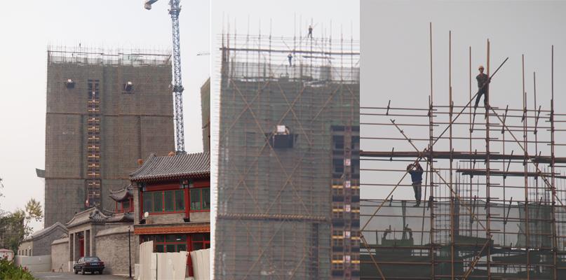Un chinois sur un échafaudage très haut !