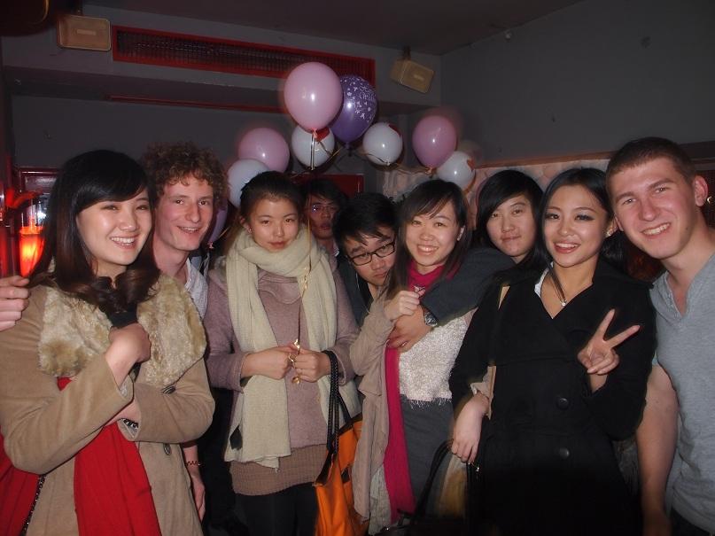 Soirée anniversaire avec des étudiants locaux