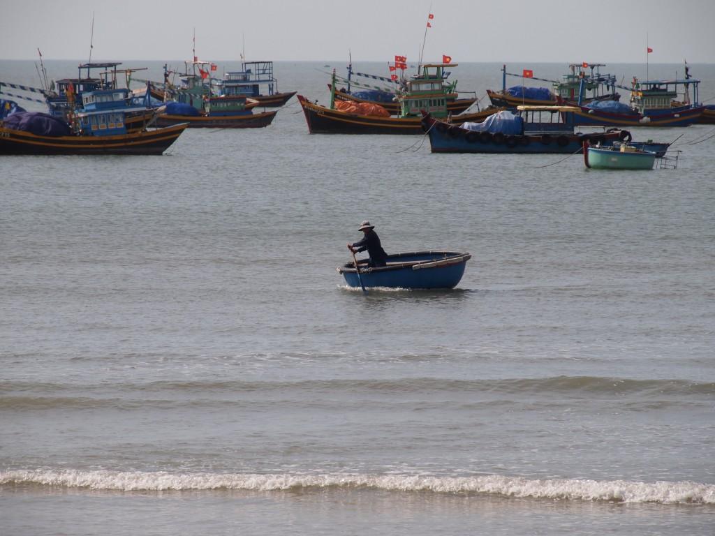 Un pêcheur rejoins son bateau